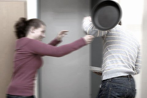 Gewalt gegen Männer: Frau schlägt Mann