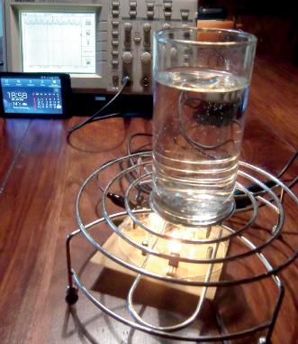 Versuchsanordnung: Wasserglas über dem G-Strain Energy Absorber