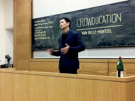 Mit Live-Illustrationen und viel Power bringt Le-Mentzel seine Botschaften auf den Punkt. Ganz und gar ohne Powerpoint.