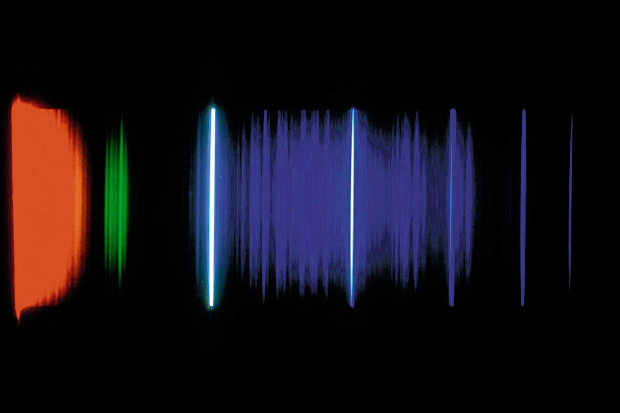 Header-Bild: Spektrallinien im Bereich der Balmer-Serie des Wasserstoffatoms