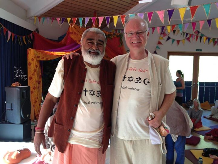 Der Chefredakteur Ronald Engert mit Bhaktivedanta Sadhu Maharaja auf dem Bakhti Festival
