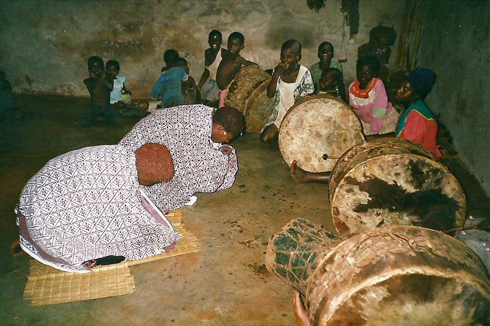 Trommelraum mit Sangoma-Schülern